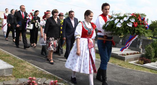 Lidé na hřbitově na Mladcové uctili památku folkloristy, jazykovědce a etnografa Františka Bartoše